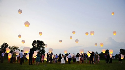 creative-wedding-ideas-for-outdoor-ceremony-wish-lanterns-1.original